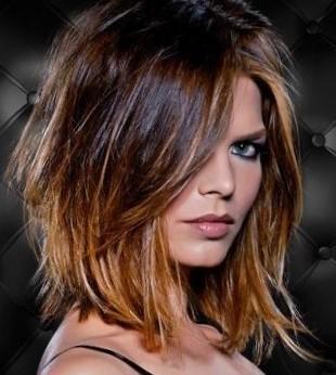 Стрижки на среднюю длину волос - прически средней длины с челкой и без