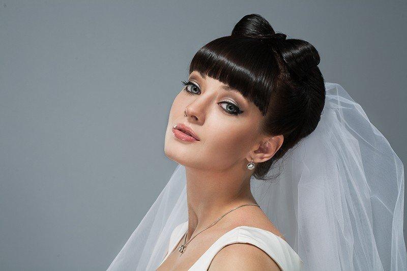 Свадебные прически на средние волосы с фатой, с челкой, с диадемой