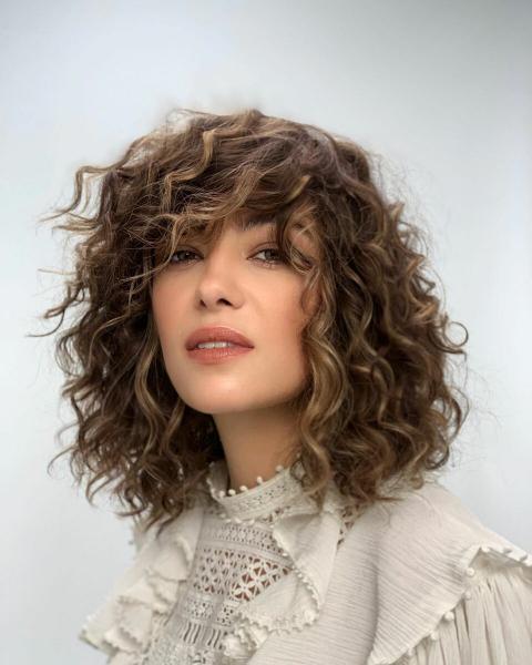 16 стильных стрижек на волнистые волосы средней длины