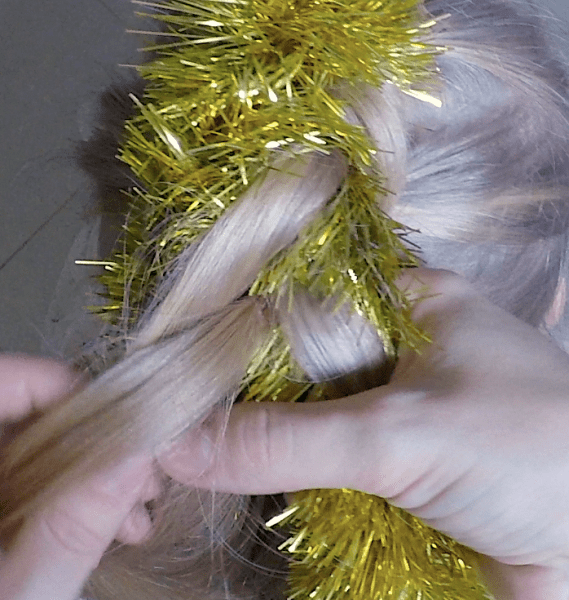 Новогодняя прическа с мишурой