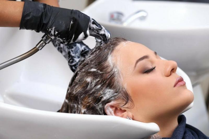 Как парикмахеры разводят шампунь, что после него волосы легкие и блестят: расскажу почему не экономия, а забота о клиенте