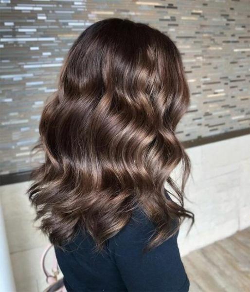 Окрашивание волос для шатенок, которое будет актуально
