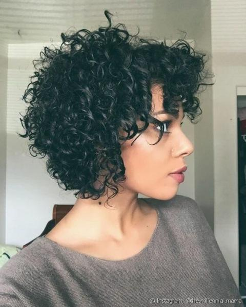 Тенденции стильных стрижек для кудрявых волос в 2021 году