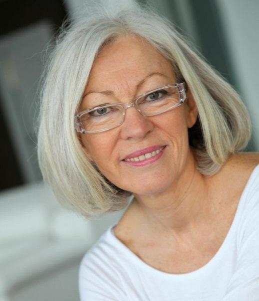 17 модных стрижек с пробором 2021 для леди старше 60 лет