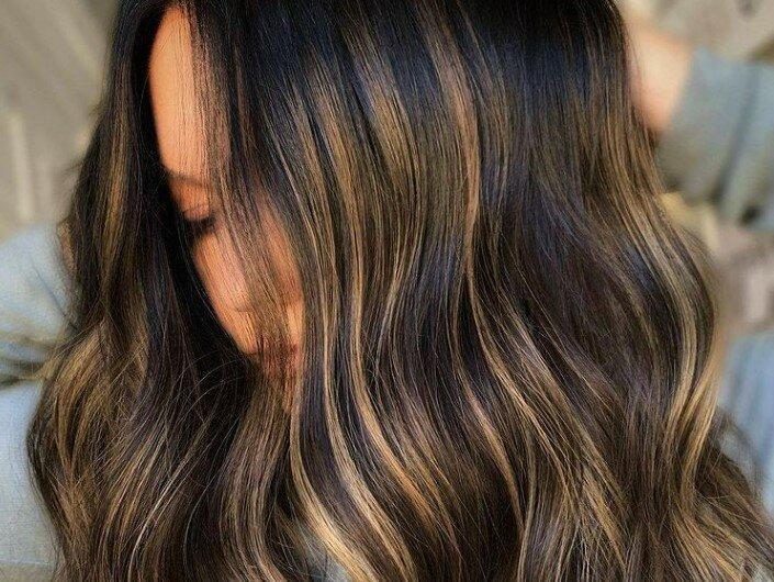 Тренд лета 2021: медово-каштановые волосы