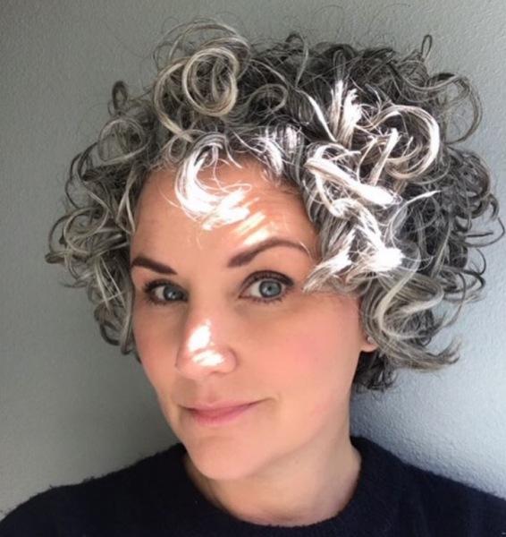 25 женщин, которые перестали красить волосы и доказали, что седину нельзя стесняться