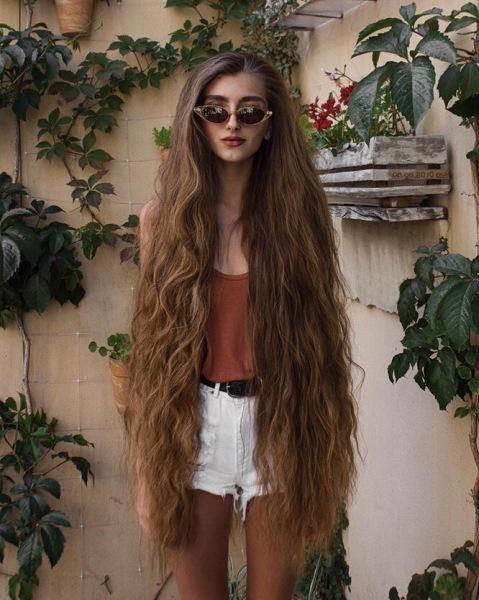 До колен и бедер ниже: 8 девушек с самыми длинными волосами