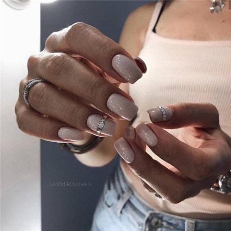 Фото новинки модного маникюра на короткие ногти 2019-2020