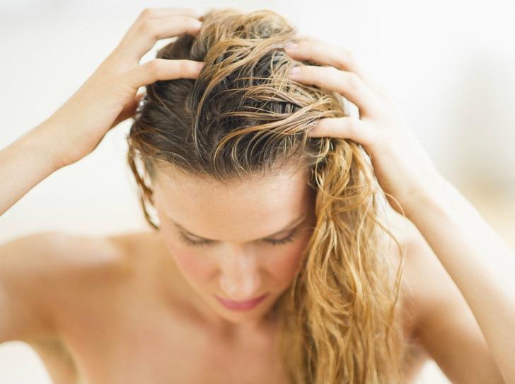 5 вещей, которые нельзя делать с мокрыми волосами