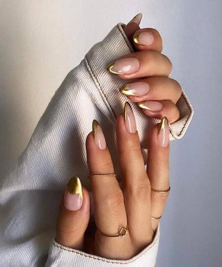 Маникюр с золотом 2021-2022: модные фото новинки дизайна ногтей