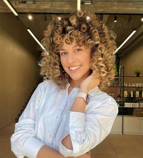 Модные стрижки 2021 на кудрявые волосы: новинки, тренды, фото