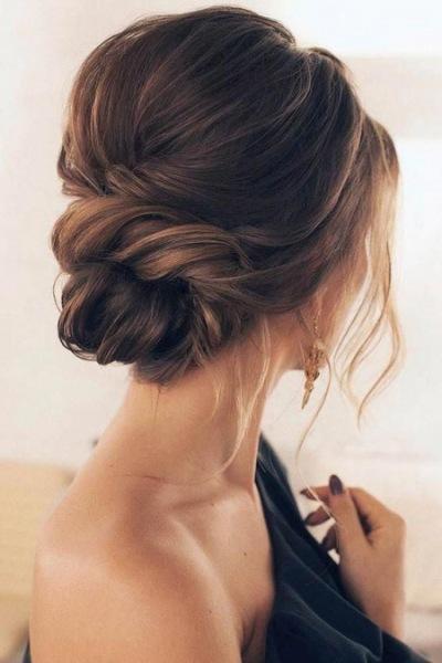 Модные прически на выпускной на средние волосы