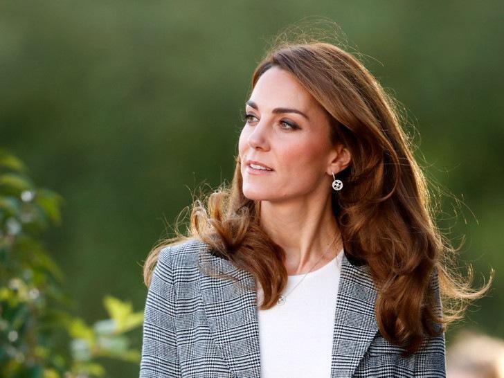 Всегда безупречна: 10 лучших причесок герцогини Кейт на любой случай